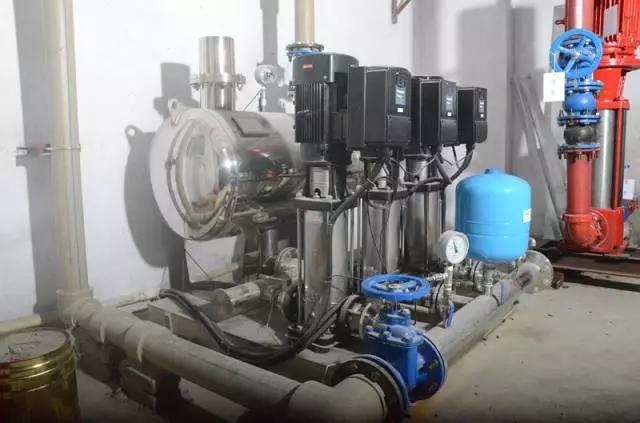 当水泵变频器所带的变频泵运行到50hz,反馈压力还达不到目标压力时,经